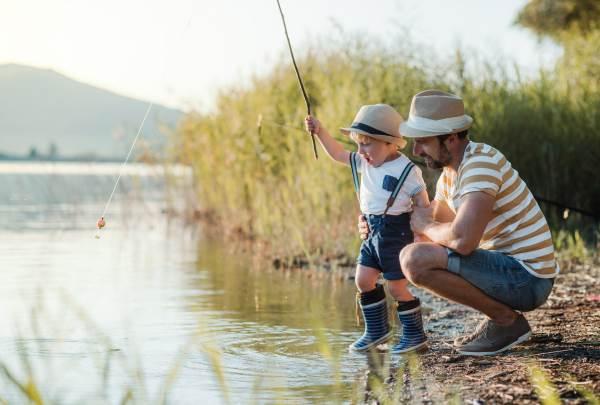 Daddy mit seinem Sohn beim Fischen