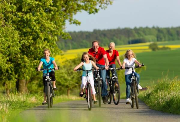 Familien beim Radeln