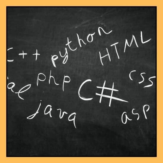 Schwarzes Tafel mit verschiedene Programmiersprachen
