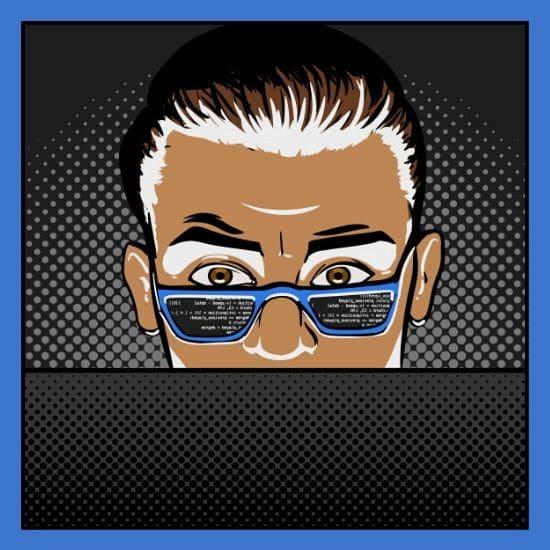 Man schaut mit Brille an seinem Computer - Code spiegelt sich in die Brille