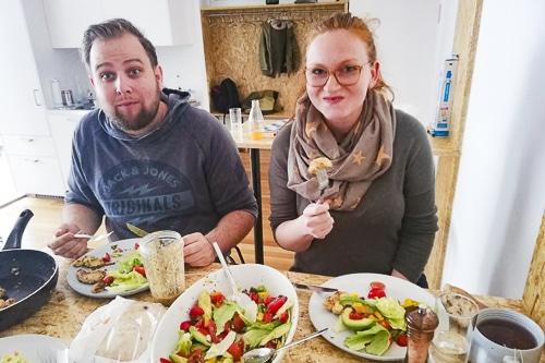 zwei Mitarbeiter von Alanda beim gemeinsam Essen