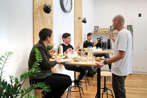 Mitarbeiter und Chef von Alanda machen gemeinsam Mittagspause