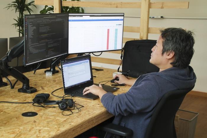 Mitarbeiter von Alanda vor dem Computer
